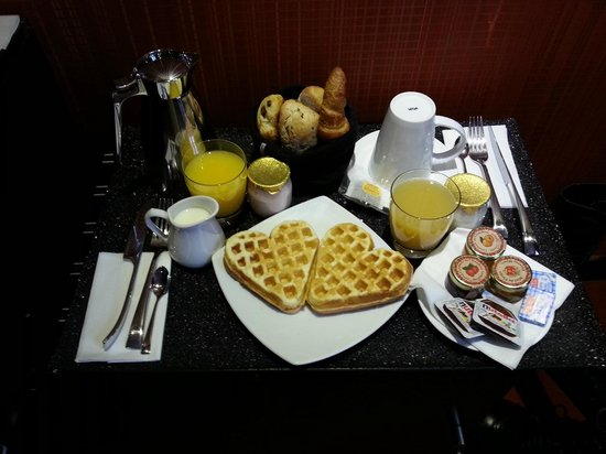 Montmartre Mon Amour: Le Petit Dejeuner en chambre