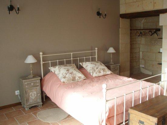 Le Logis des Roches d'Antan: Chambre tuffeau ( 1 grand lit)