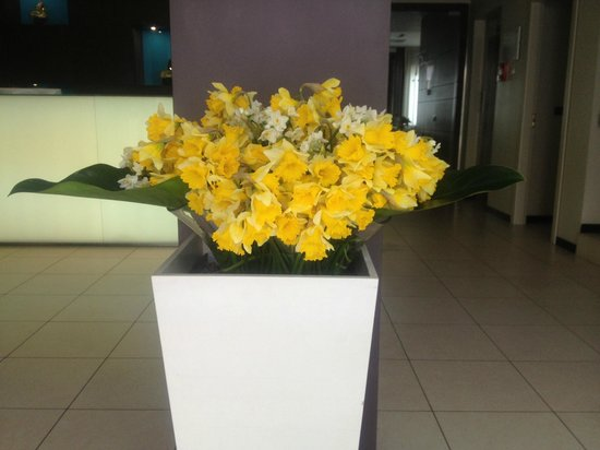 Hotel Belvedere: Beautiful flowers in the lobby