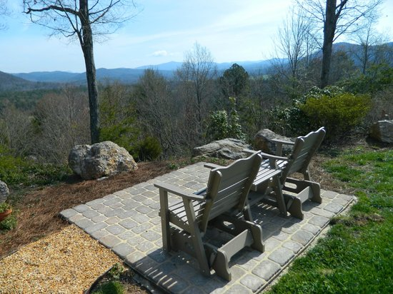 Lucille's Mountain Top Inn & Spa: Patio with a view!