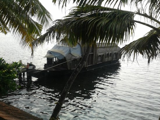 Lemon Tree Vembanad Lake Resort: Houseboat at the hotel