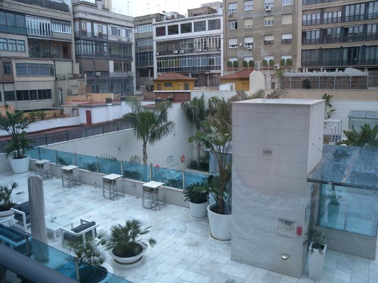 Hotel Indigo Barcelona - Plaza Catalunya: inner courtyard with swimming pool