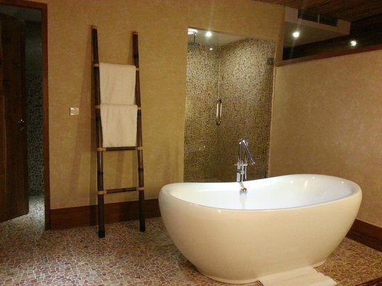 Kupu Kupu Jimbaran & Bamboo Spa by L'Occitane: Our Bathtub