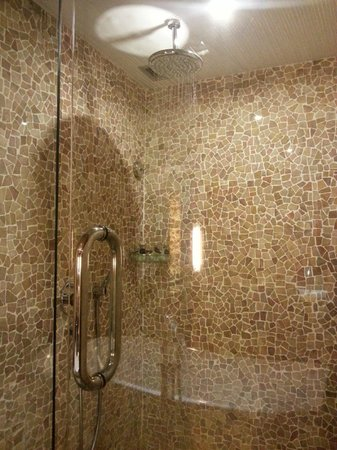 Kupu Kupu Jimbaran & Bamboo Spa by L'Occitane: Showers