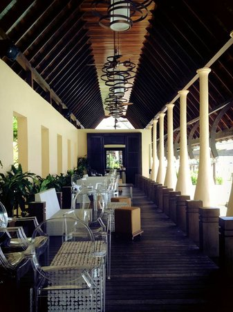 Gaya Island Resort: Pool Bar & Lounge, lovely spot for drinks and snacks in the day and night