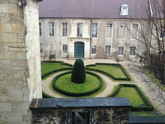 Hotel des Ducs : A nice view of the garden across the street.