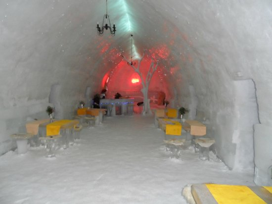 Ice Hotel Romania: Dining area with the bar