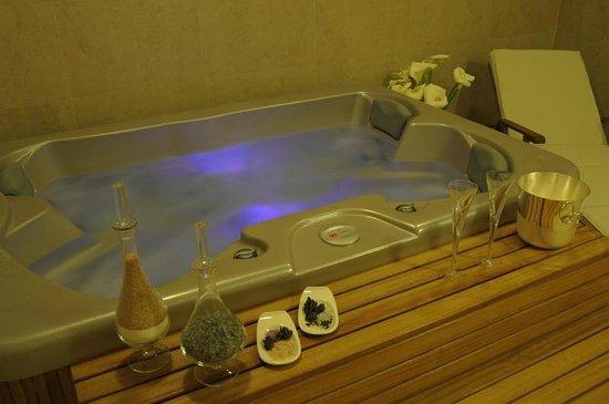 Evropa Garni Hotel: Hydro massage tub