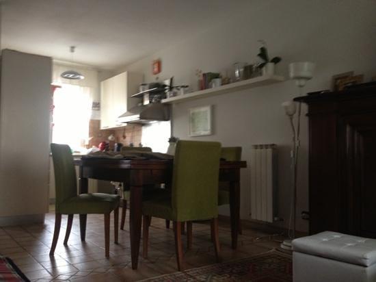 sala e cucina d entrata - Picture of Dimora Camilla, Aulla ...