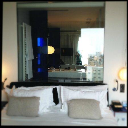Melia Barcelona Sky: Bed & Bathroom behind