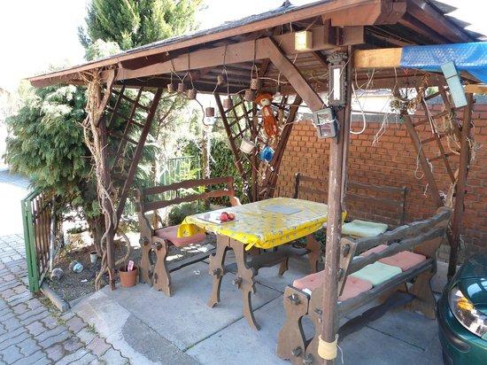 Karoly vendeghaz: Outside sitting area