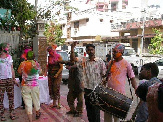 Nahargarh Haveli: fêtons holi devant l'hotel