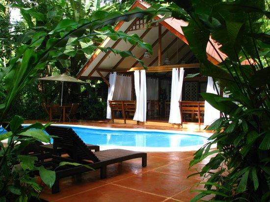 Namuwoki Lodge: Zona de piscina y restaurante