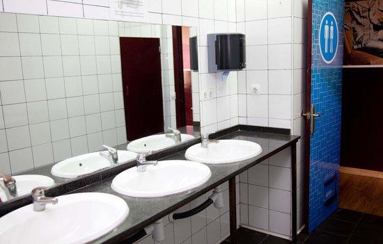 Home Backpackers Hostel: Clean Bathrooms