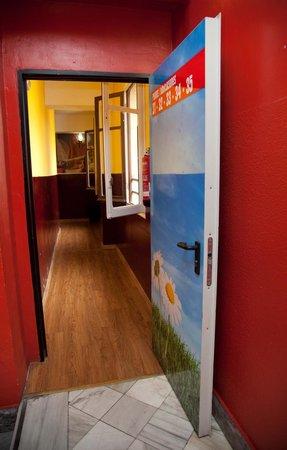 Home Backpackers Hostel: Clean Corridors
