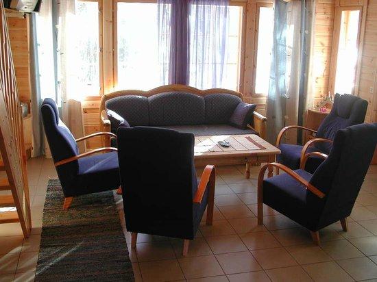 Yla-Saarikko Holiday Cottages: Villa Velhoranta living room