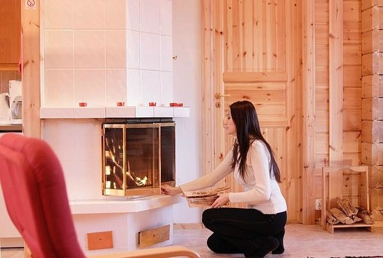 Yla-Saarikko Holiday Cottages: Fireplace in all cottages