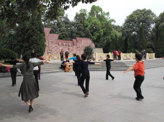 Chengdu Culture Park: ladies dancing in the park