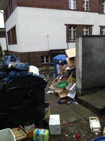 Hotel Havel Lodge: Müllplatz hinter dem Restaurant