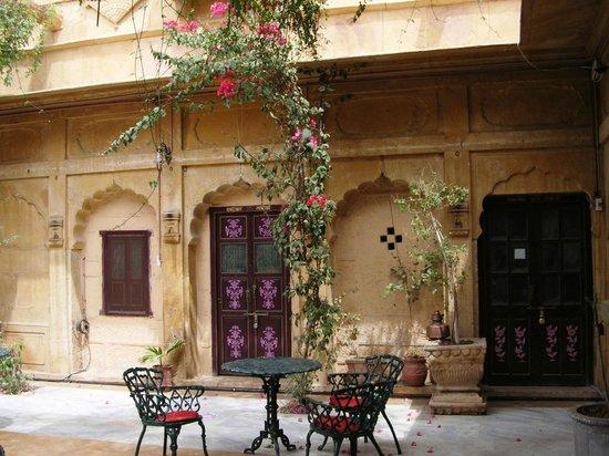 Hotel Nachana Haveli: cour donnant sur la chambre