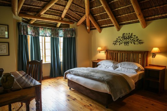 Coral Tree Cottages: Main bedroom in two bedroom cottage