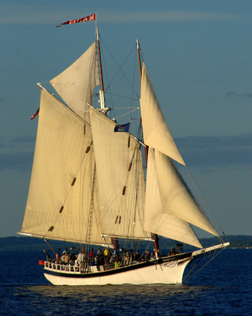 Schooner Manitou : Enjoy a beautiful evening on the bay