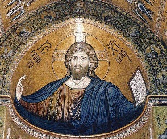 Gesù Pantocratore che domina dall'alto l'interno del Duomo di Monreale.