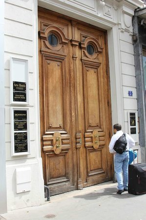 Airt Hotel: Entrance door