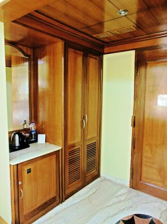 Raj Park Chennai: Hotel Raj Park - Wardrobe & Coffee maker