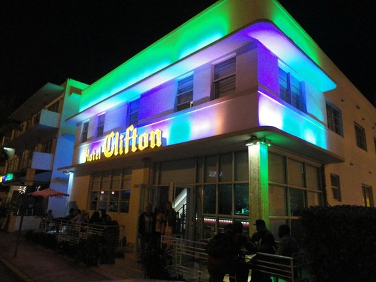 Found Places Clifton Hotel South Beach: Fachada del hotel en la noche