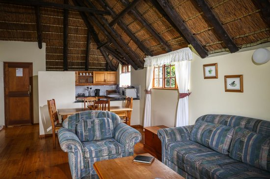 Coral Tree Cottages: Lounge/dining/kitchen area in one bedroom cottage
