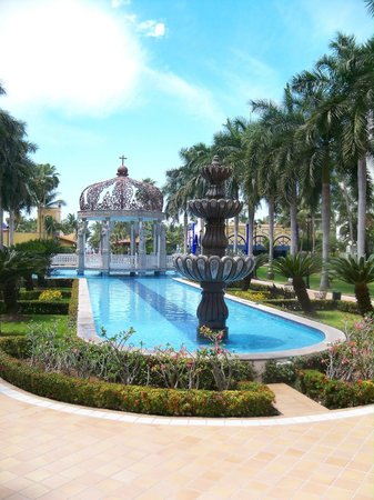 Hotel Riu Jalisco: Courtyard & Fountain