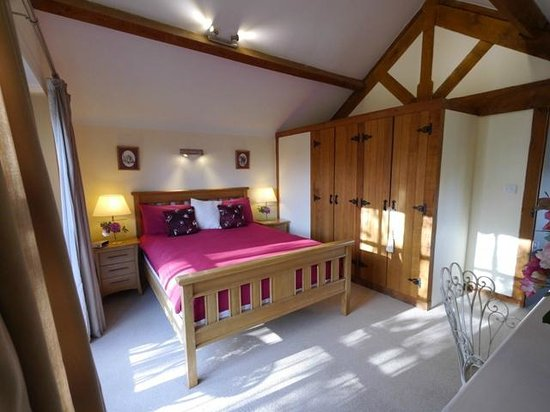 Railway Cottages and Apartments: Sun lit bedroom