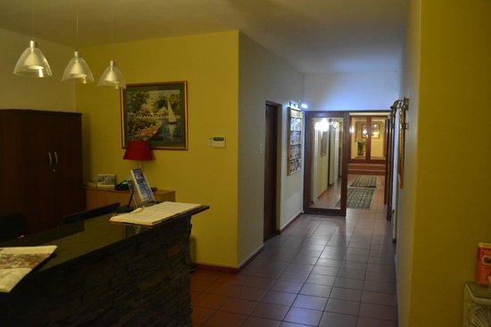 Woodbridge Lodge: Reception and hallway to rooms