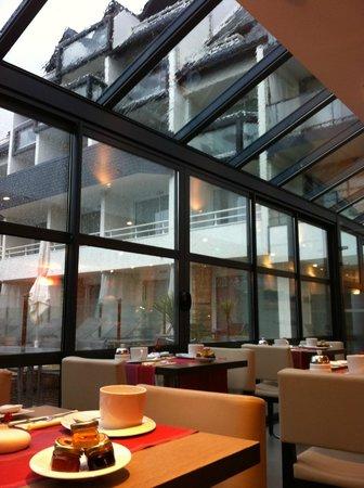 Hotel Le Churchill : empty breakfast room - on level 0 below ground