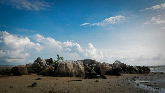 Loola Adventure Resort: during low tide - some rock formation