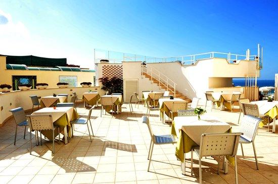 Hotel Miramare: Terrazza con splendida vista sul mare
