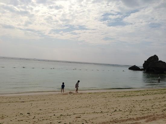 Nirai Beach: 静かな海