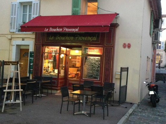Le Bouchon Provencal : Front view of restaurant in evening