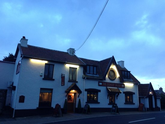 Lydstep tavern at night