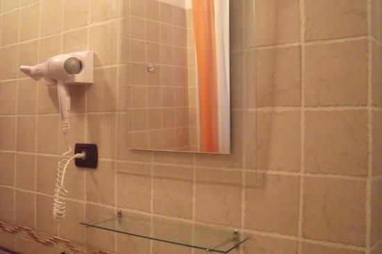 Sabrina Airport B&B: bagno con doccia