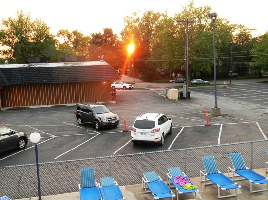 Field's Park Motel: The view from our upstairs motel room - pretty sunset