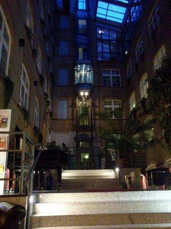 Singer109 Backpacker Apartment Hostel: hall