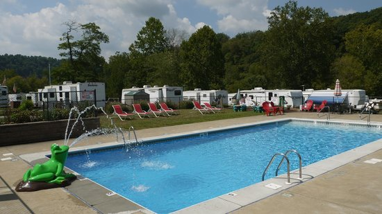 River's Edge Camping & Cabins: New Swimming Pool