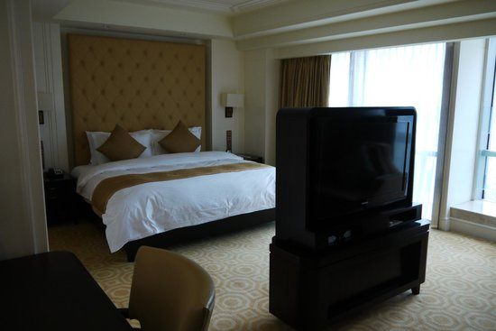 Paramount Gallery Hotel : With a flat screen TV and a large window