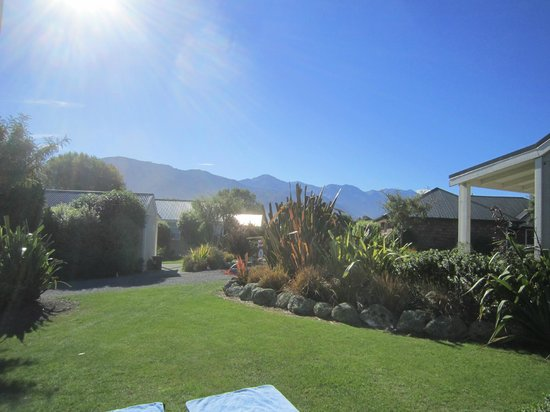 Kaikoura Cottage Motels: Lawn and gardens