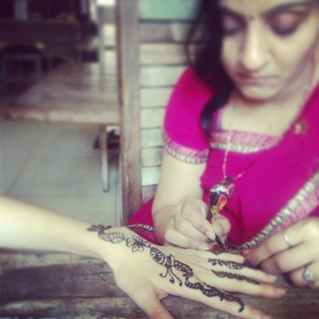 JHANKAR..Choti Haveli Restaurant : Free Heena painting by Manager