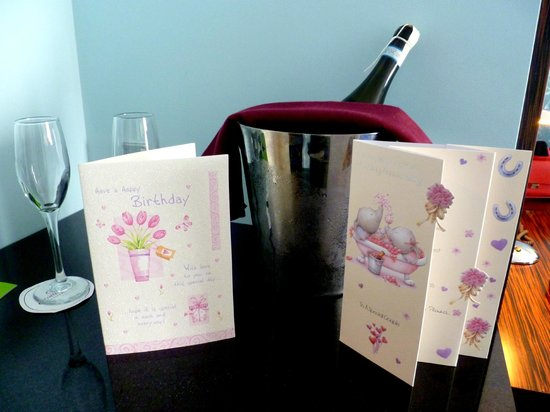 Crowne Plaza Dublin - Blanchardstown: Champagne and cards!