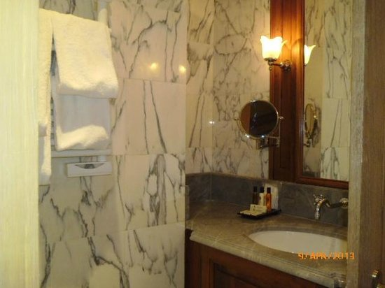 Chambiges Elysees Hotel: Shower