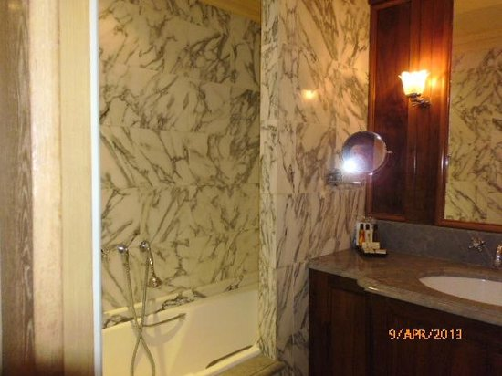 Chambiges Elysees Hotel: Bathroom